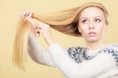 Nastoletnia blondynki dziewczyna szczotkuje jej włosy z gręplą Obrazy Stock