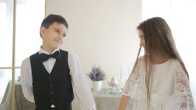 Nastoletnia chłopiec daje dziewczynie prezentowi dla wakacje, chwyt ręki Trzymać serce zbiory