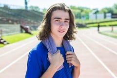 Nastoletnia chłopiec przygotowywająca biegać outside na stażowym polu Obraz Stock