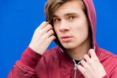 Nastoletnia chłopiec w kapiszonu pozować Obraz Stock