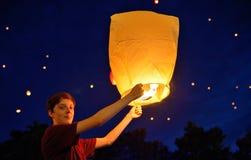 Nastoletnia ch?opiec w nocy z papierowym lampionem obraz royalty free