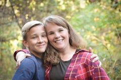 Nastoletnia chłopiec z matką fotografia royalty free
