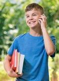 Nastoletnia chłopiec z telefonem zdjęcie royalty free