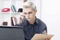 Nastoletnia chłopiec na telefonie komórkowym Obraz Stock
