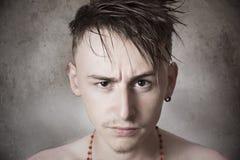 Nastoletnia chłopiec patrzeje agresywny Obraz Stock
