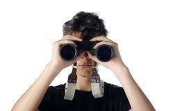 Nastoletnia chłopiec patrzeje przez obuocznego fotografia stock