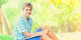 Nastoletnia chłopiec z notatnikami Zdjęcia Royalty Free
