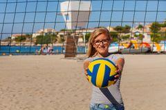 Nastoletnia dziewczyna bawić się siatkówkę na plaży obraz stock
