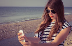 Nastoletnia dziewczyna bierze jaźń portret zdjęcie royalty free