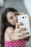 Nastoletnia dziewczyna bierze selfie z jej telefonem Zdjęcia Royalty Free