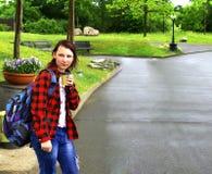 Nastoletnia dziewczyna chodzi wzdłuż parkowej drogi fotografia royalty free