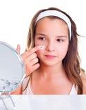 Nastoletnia dziewczyna creaming jej twarz Fotografia Stock