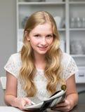 Nastoletnia Dziewczyna Czytelniczy magazyn zdjęcia royalty free
