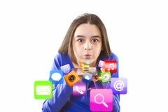 Nastoletnia dziewczyna dmucha app ikony od cyfrowej pastylki fotografia royalty free