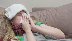 Nastoletnia dziewczyna dmucha jej nos w papierowej chusteczce Zimno zbiory