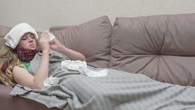 Nastoletnia dziewczyna dmucha jej nos w papierowej chusteczce Zimno zbiory wideo
