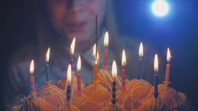 Nastoletnia dziewczyna dmucha za świeczkach na tortowych tortach na jej urodziny zbiory wideo
