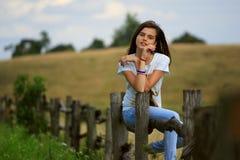 Nastoletnia dziewczyna dostaje zabawę przy gospodarstwem rolnym Zdjęcia Royalty Free