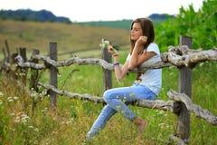 Nastoletnia dziewczyna dostaje zabawę przy gospodarstwem rolnym Obraz Stock