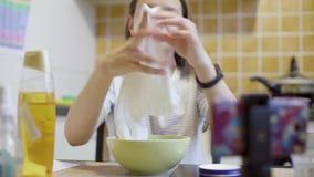 Nastoletnia dziewczyna gniesie i bawić się z domowej roboty bielem szlamowym zbiory