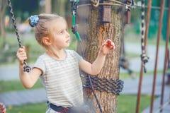 Nastoletnia dziewczyna iść na zależącym od śladzie w arkana parku Zdjęcie Royalty Free
