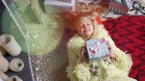 Nastoletnia dziewczyna jest łgarskim pobliskim dekorującym choinki i writing bożych narodzeń listem Święty Mikołaj zbiory wideo