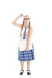 Nastoletnia dziewczyna jest ubranym mundurek szkolny i szkła trzyma laptop. Dziewczyna drapa jego głowę z piórem. Zdjęcia Royalty Free