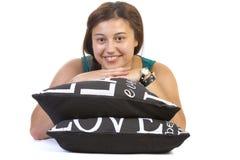 Nastoletnia dziewczyna kłama nad poduszką obrazy stock