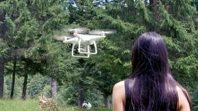 Nastoletnia dziewczyna kontroluje trutnia z pilotem do tv w lecie zdjęcie wideo