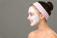 Nastoletnia dziewczyna kosmetyków maskowy piękno patrzeje daleko od Obrazy Stock