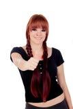 Nastoletnia dziewczyna mówi Ok ubierał w czerni z przebijaniem Fotografia Royalty Free