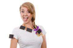 Nastoletnia dziewczyna ma małych blackboards w włosy Obraz Stock