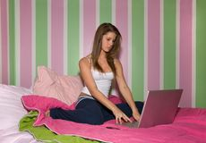 Nastoletnia dziewczyna na laptopie obrazy royalty free