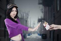 Nastoletnia dziewczyna odmawia dymić przy aleją Zdjęcia Stock