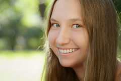 Nastoletnia dziewczyna ono uśmiecha się na plenerowym spacerze fotografia stock