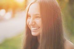 Nastoletnia dziewczyna ono uśmiecha się na plenerowym spacerze zdjęcia stock