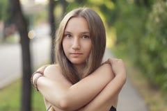 Nastoletnia dziewczyna ono uśmiecha się na plenerowym spacerze obraz stock