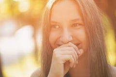 Nastoletnia dziewczyna ono uśmiecha się na plenerowym spacerze obrazy stock