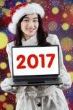 Nastoletnia dziewczyna ono uśmiecha się z 2017 na laptopie Fotografia Royalty Free