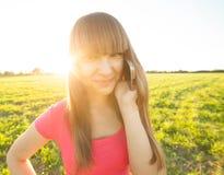 Nastoletnia Dziewczyna opowiada na telefonie outdoors Zdjęcia Stock