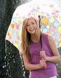 Nastoletnia Dziewczyna Osłania Od deszczu Pod parasolem Fotografia Royalty Free