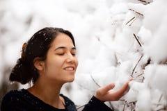 Nastoletnia dziewczyna outdoors zbroi szeroko rozpościerać cieszący się opad śniegu w zimie obraz royalty free