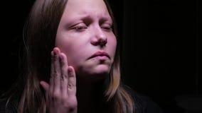 nastoletnia dziewczyna płacze zbiory