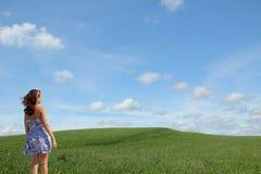 Nastoletnia dziewczyna patrzeje w naturalnego krajobraz obraz stock