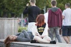 Nastoletnia dziewczyna pociesza jej smutnego wzburzonego przyjaciela Fotografia Stock
