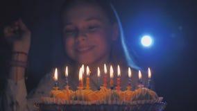 Nastoletnia dziewczyna podziwia płonące świeczki przy tortem na jej urodziny zbiory wideo