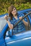 Nastoletnia dziewczyna Pokazuje daleko jej samochodów klucze Fotografia Royalty Free