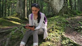 Nastoletnia dziewczyna pracuje na cyfrowym pastylka komputerze osobistym zdjęcie wideo