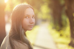 Nastoletnia dziewczyna przyglądająca na spacerze z powrotem obraz stock