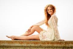 Nastoletnia dziewczyna relaksuje na ścianie w mgle Zdjęcie Royalty Free